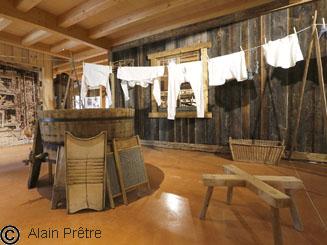 buanderie reconstituée avec seille et planche à lavée pour la lessive et linge de corps pendu à sécher