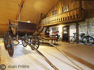 brek, nom donné pour une voiture ancienne pour cheval à 4 roues en bois à rayons cerclée