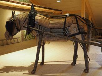 cheval réalisé en bois à la taille normale