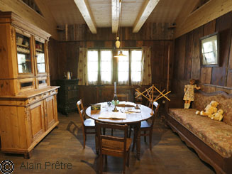 Le poêle : dans l'ancien langage régional, ce terme désignait la pièce chauffée de la maison, le séjour.