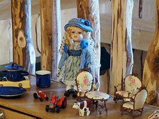 Très belle poupée avec salon miniature